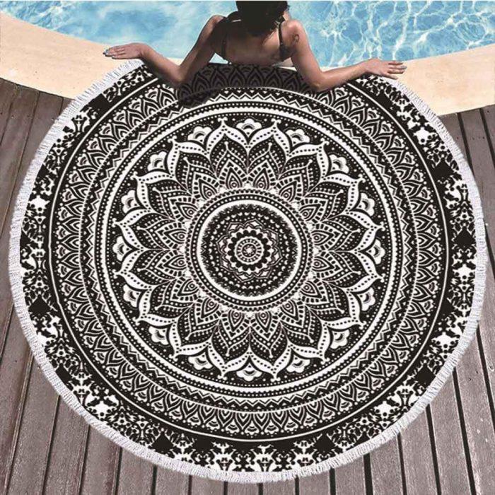 Mandala strandlaken Zwart bij zwembad